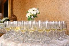 Molti vetri con champagne Immagini Stock Libere da Diritti