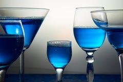 Molti vetri con champagne o il cocktail blu Immagine Stock Libera da Diritti