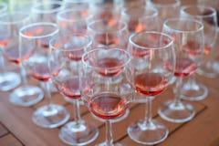 Molti vetri con vino sulla tavola per avere un sapore Immagini Stock