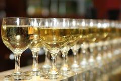 Molti vetri della bevanda alcolica nella barra Fotografie Stock Libere da Diritti