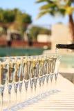 Molti vetri di champagne o del prosecco vicino allo stagno della località di soggiorno in un luxu Immagine Stock Libera da Diritti