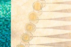 Molti vetri di champagne o del prosecco vicino allo stagno della località di soggiorno in un luxu Immagini Stock Libere da Diritti