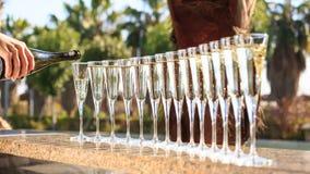 Molti vetri di champagne o del prosecco vicino allo stagno della località di soggiorno in un luxu Fotografie Stock