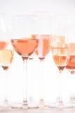 Molti vetri di vino rosato all'assaggio di vino Concetto di vino rosato Fotografia Stock