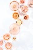 Molti vetri di vino rosato all'assaggio di vino Concetto di vino rosato Fotografia Stock Libera da Diritti