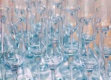 Molti vetri di vino vuoti La fine su alla fila dei vetri prepara assistere per il partito di cena Immagini Stock