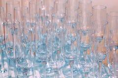 Molti vetri di vino vuoti La fine su alla fila dei vetri prepara assistere per il partito di cena Fotografie Stock