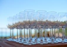 Molti vetri di vino vuoti stanno sulla tavola Immagini Stock Libere da Diritti
