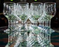 Molti vetri di vino vuoti vuoti Immagine Stock