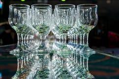 Molti vetri di vino vuoti vuoti Fotografie Stock
