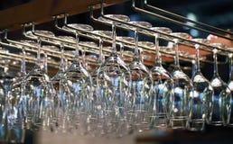Molti vetri vuoti per un vino che appende nella barra Fotografie Stock Libere da Diritti