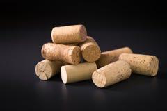Molti wine sugheri su un fondo scuro fotografia stock