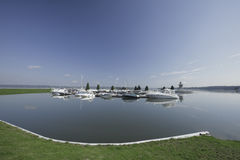 Molti yacht al pilastro sul lago Immagine Stock Libera da Diritti