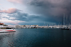 Molti yacht bianchi sull'acqua Barche sull'acqua dell'oceano Un yacht bianco I rami di un albero Bello tramonto a Immagini Stock