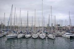 Molti yacht nel distretto urbano Immagini Stock