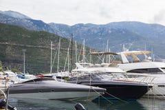 Molti yacht privati al pilastro immagini stock libere da diritti