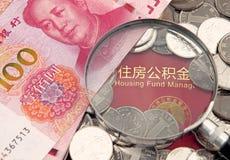 Molti yuan e lente della porcellana sui precedenti di accumulazione dell'alloggio costituiscono un fondo per il libretto bancario Fotografia Stock