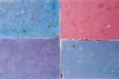 Molticolor jabona hecho a mano con el aceite orgánico del ond de la lavanda que otras flores aislaron en blanco Imagenes de archivo
