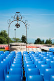 Chaises avant un concert en parc Images stock