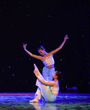 Molto abbastanza e danza popolare nazionale affascinante- Fotografia Stock