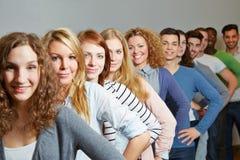 Molto adolescente in una fila Immagini Stock