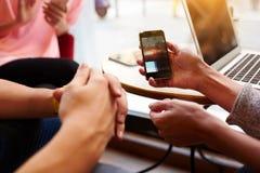 Molto attentamente del ` s della donna la mano sta tenendo il telefono cellulare con lo schermo dello spazio della copia Fotografia Stock Libera da Diritti