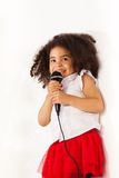 Molto bambina con la voce stupefacente Fotografia Stock