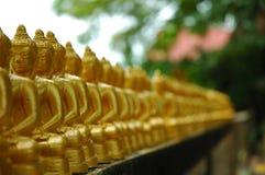 Molto Buddhas in una riga. Immagini Stock
