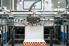 Molto carta all'unità del rifornimento in moderno e tecnologia avanzata della pubblicazione o della stampatrice automatica immagine stock
