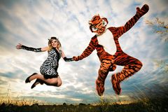 Molto differente ma selvaggio una coppia felice fotografie stock