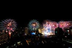 Molto esplosione variopinta dei fuochi d'artificio pilota il cielo notturno fotografia stock