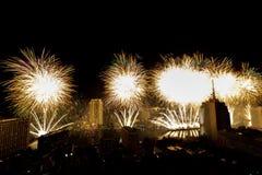 Molto esplosione variopinta dei fuochi d'artificio pilota il cielo notturno immagini stock