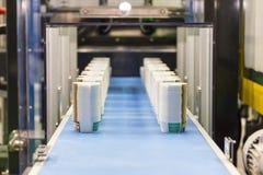 Molto fila della tazza di carta sul nastro trasportatore automatico durante il processo di fabbricazione in fabbrica fotografie stock libere da diritti