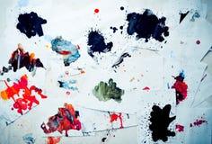 Molto il rosso ha colorato le macchie su Libro Bianco con le strisce Immagini Stock Libere da Diritti