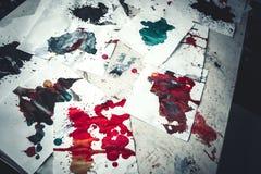 Molto il rosso ha colorato le macchie su Libro Bianco con le strisce Immagine Stock Libera da Diritti