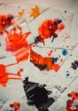 Molto il rosso ha colorato le macchie su Libro Bianco con le strisce Immagini Stock