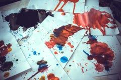 Molto il rosso ha colorato le macchie su Libro Bianco con le strisce Fotografia Stock