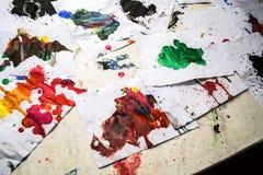 Molto il rosso ha colorato le macchie su Libro Bianco con le strisce Fotografie Stock Libere da Diritti