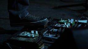 Molto l'effetto di distorsione pedals ed il fuoco selettivo degli amplificatori sull'evento video d archivio