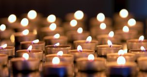 Molto lume di candela nella profondità di campo bassa archivi video