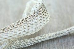 Molto lungamente pelle di serpente di spargimento bianca sul pavimento di legno immagine stock
