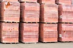 Molto mattone rosso per costruzione sui pallet Immagine Stock
