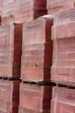 Molto mattone rosso per costruzione sui pallet Fotografia Stock