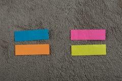 Molto nota appiccicosa di colore sul fondo grigio del cemento Copi lo spazio fotografia stock
