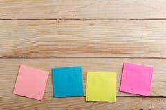 Molto nota appiccicosa sullo scrittorio di legno Copi lo spazio immagine stock libera da diritti