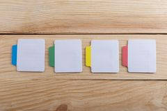 Molto nota appiccicosa sullo scrittorio di legno Copi lo spazio fotografia stock