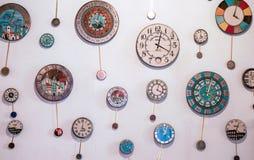 Molto orologio di parete differente sulla parete immagine stock libera da diritti