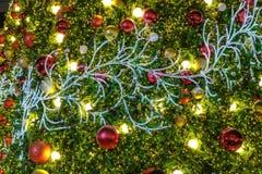 Molto palla di natale e l'illuminazione del LED appendono sull'albero di Natale falso immagine stock