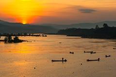 Molto pescatore che rema barca a remi alla pesca Fotografie Stock Libere da Diritti