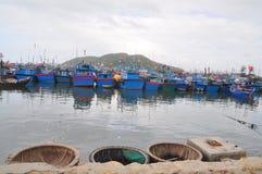 Molto peschereccio sta parcheggiando al porto marittimo di Hon Ro nella città di Nha Trang Fotografie Stock Libere da Diritti